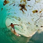Một con sóng mang theo rác ở Java, Indonesia