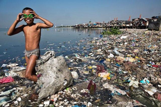 Cậu bé kiếm sống nhờ rác thải tại bãi biển