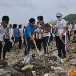 Các oàn viên thanh niên tham gia dÍn rác t¡i danh th¯ng Chùa åc, CÕng Tò Vò. ¢nh: T.MAI