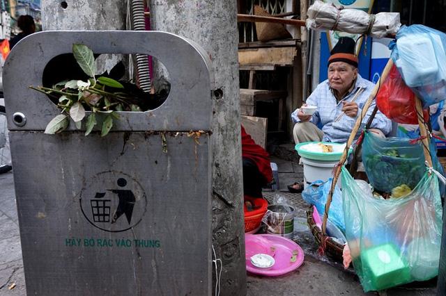 Người dân ăn cạnh thùng rác công cộng chứa đầy rác thải