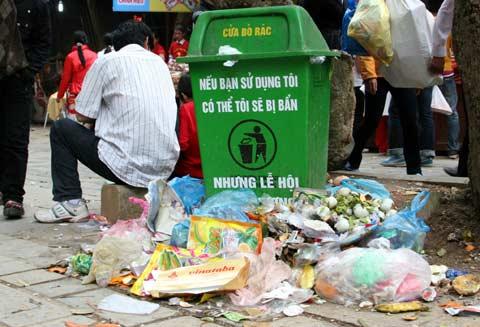 Mặc dù có thùng rác nhưng rác thải vẫn tràn lan bên ngoài
