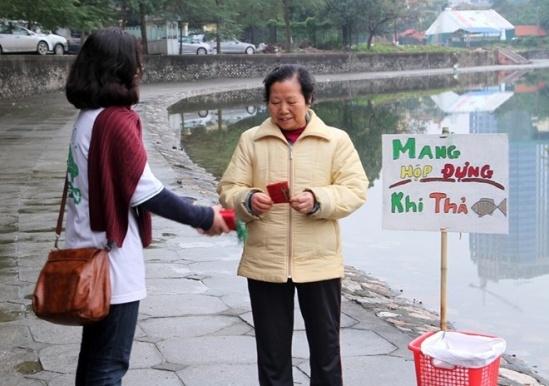 Tặng thiệp kêu gọi mọi người dân giữ gìn môi tường
