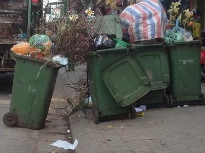 Thùng rác ứ đầy rác tại Hà Nội