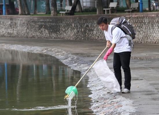 Vớt rác quanh bờ hồ