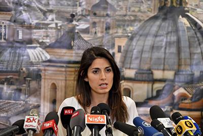 6897 - Thị trưởng Virginia Raggi trong cuộc họp báo ở Rome, Italy ngày 20-6. Ảnh: EPA/TTXVN