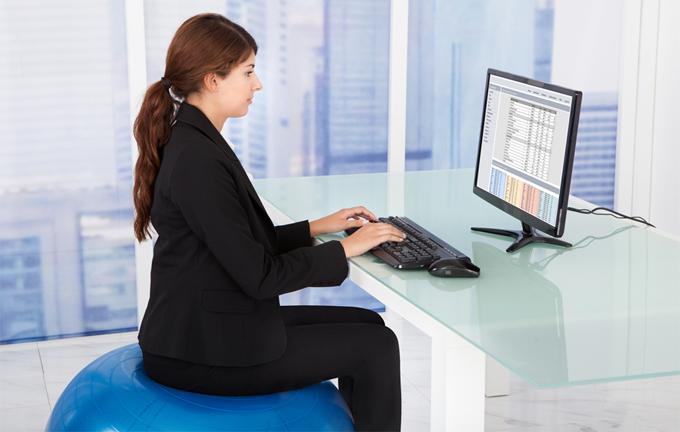 Ngồi thẳng lưng khi làm việc giúp giảm cân hiệu quả