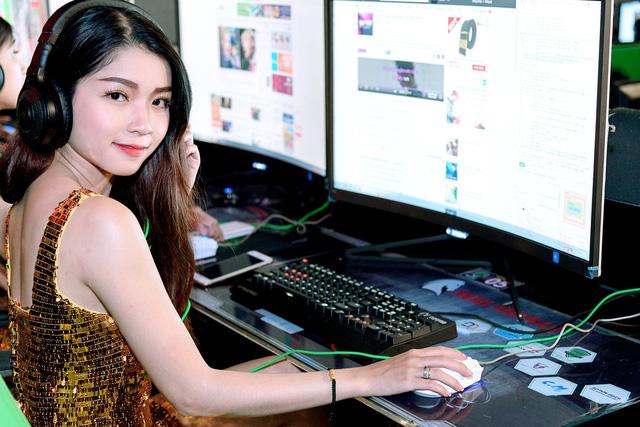 gai xinh ben laptop