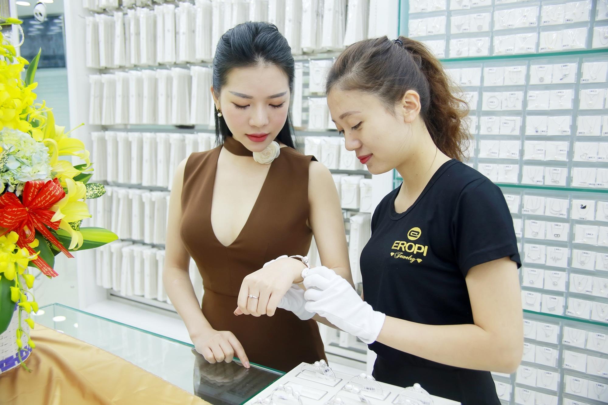 Nhân viên bán hàng trang sức
