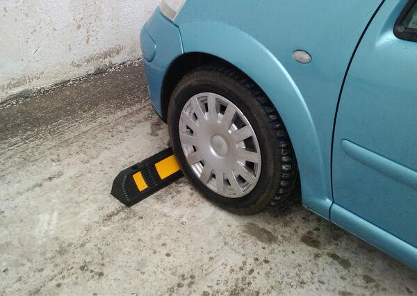 Cục chèn bánh xe ô tô