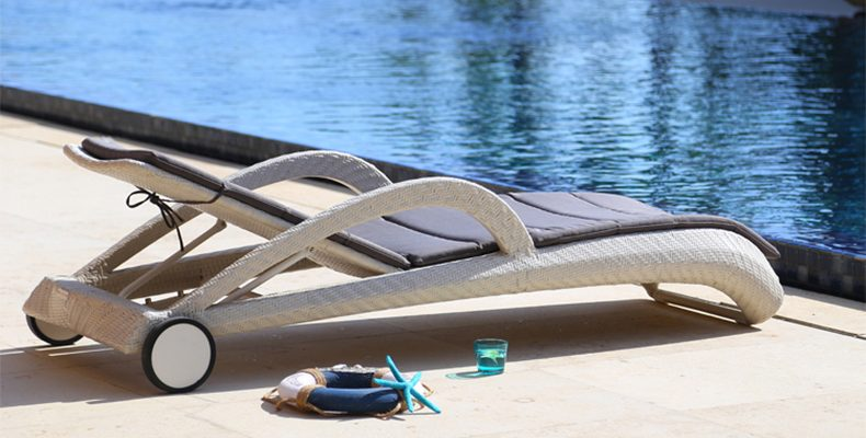 Mẫu ghế hồ bơi có bánh xe
