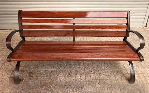 Chọn địa chỉ phải quan tâm đến giá ghế công viên bằng gỗ