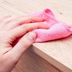 Sử dụng khăn mềm để vệ sinh kệ trưng bày tạp chí bằng gỗ