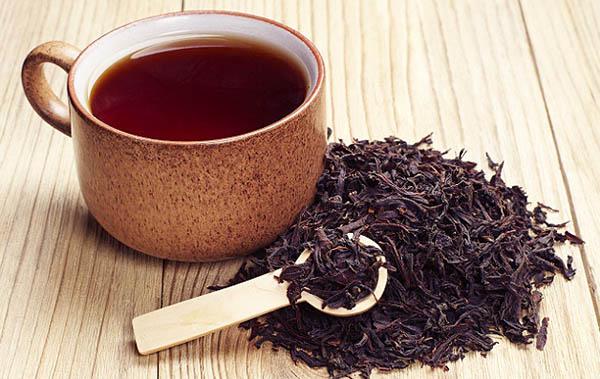 Nước trà đen giúp làm sạch bục đặt tượng Bác bằng gỗ
