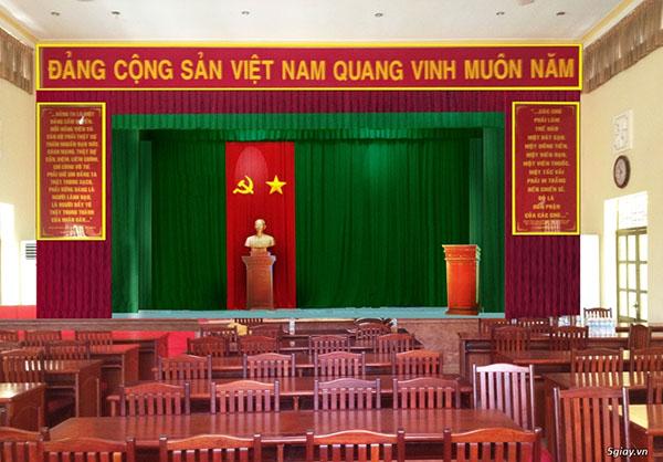Bục đặt tượng Bác thường được để dưới cờ Tổ Quốc và cờ Đảng