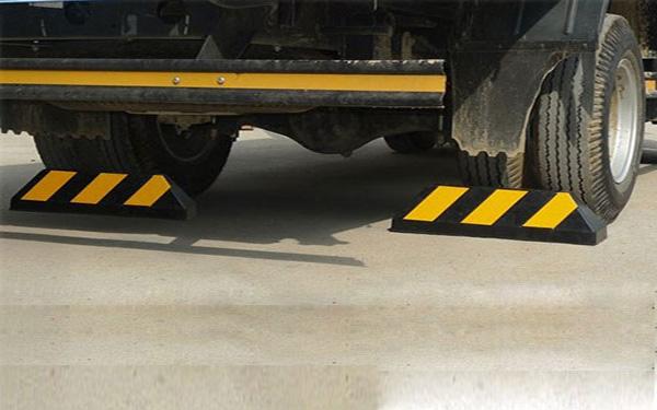 Sử dụng cục chặn bánh xe cố định dành cho xe tải
