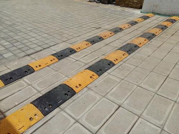 Lắp đặt và sử dụng gờ giảm tốc độ bằng cao su giúp đảm bảo an toàn giao thông