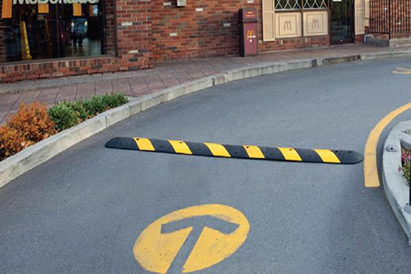 Gờ cao su giúp giảm tốc độ các phương tiện khi đi qua