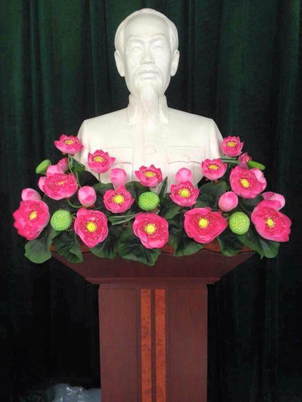Bục để tượng bác được trang trí bằng hoa sen