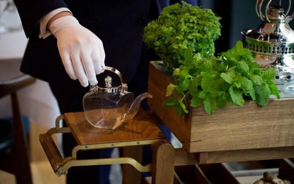 Xe đẩy phục vụ rươu, trà tại nhà hàng