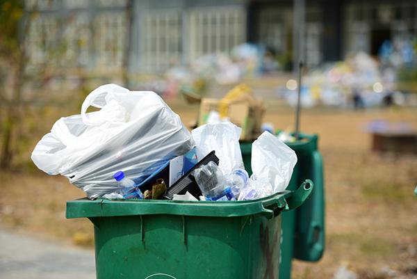 Tình trạng thiếu thùng rác tại kí túc xá