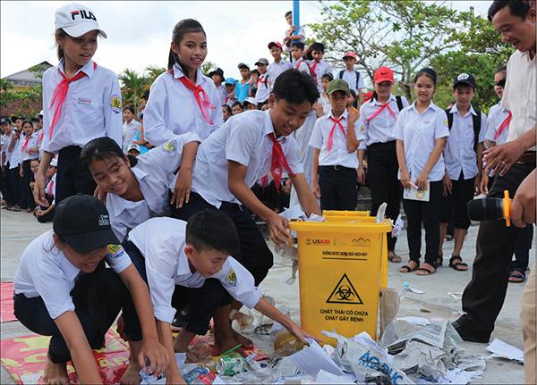 Thùng rác trường học thường được làm bằng chất liệu gì?